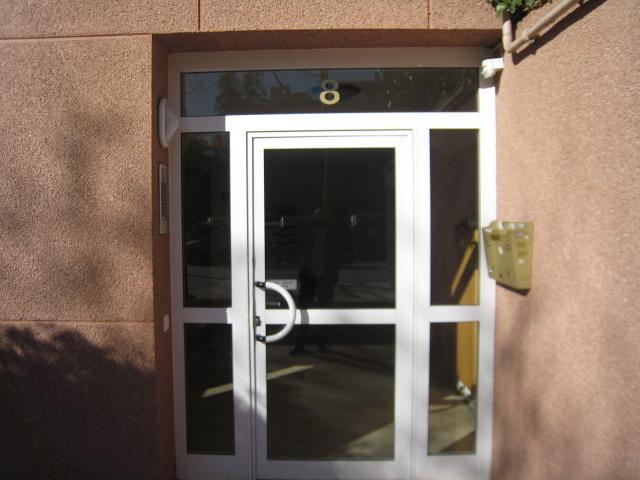 fabricamos todo tipo de puertas de vestbulos de comunidades tanto en aluminio o acero inoxidable combinando con vidrio